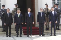 Polský prezident Andrzej Duda, polský premiér Mateusz Morawiecki, slovenský premiér Igor Matovič, český premiér Andrej Babiš a maďarský premiér Viktor Orbán před začátkem summitu Višegrádské čtyřky ve Varšavě v červenci 2020