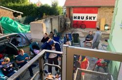 Lidé v Hruškách kempují před radnicí