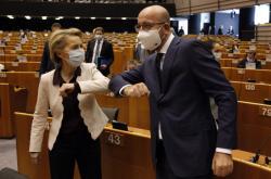 Von der Leyenová a Michel se zdraví před jednáním EP