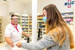 V Ústeckém kraji začala opět platit povinnost nosit roušky v lékárnách