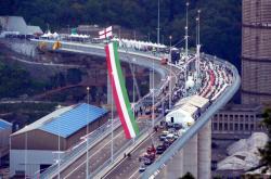 V italském Janově otevřeli nový dálniční most, nahradí ten, který se zřítil