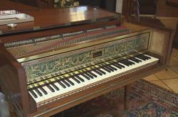 Klavír s obnovenými podmalbami