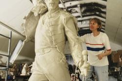 Irena Sedlecká při práci na soše Freddieho Mercuryho