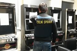 Celníci zabavují výherní automaty