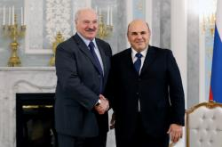 Alexandr Lukašenko a Michail Mišustin (vpravo)