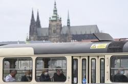 Cestující v rouškách v pražské tramvaji