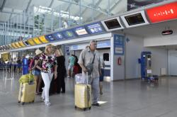 Cestující v odletové hale Letiště Brno