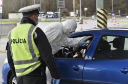 Slovenská policie na hraničním přechodu s Českem