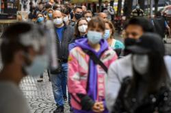 Testování lidí na koronavirus na Václavském náměstí