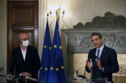 Řecký premiér Kyriakos Mitsotakis (vpravo) po jednání s předsedou Evropské rady Charlesem Michelem (vlevo)