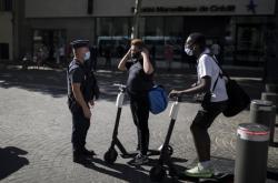 Francouzský policista kontroluje nošení roušek v Marseille