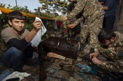 Dobrovolníci pomáhají vojákům v neuznávané Republice Arcach (Náhorně-karabašské republice) s čištěním zbraní