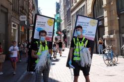 Nabídka roušek na ulici v Amsterodamu začátkem srpna