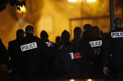 Francouzští policisté u pařížské školy
