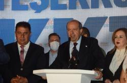 Ersin Tatar (uprostřed)