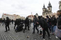 Střet demonstrantů a policie