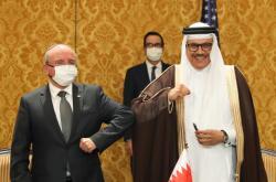 Izraelský a bahrajnský zástupce po podpisu v Manámě