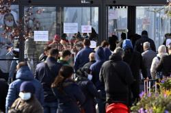 Lidé čekají na testy na covid-19 před odběrovým místem na bruselském letišti
