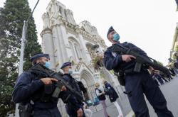 Policisté před katedrálou v Nice, kde k útoku došlo