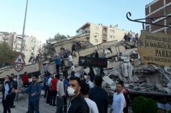 Lidé v tureckém Izmiru odklízejí trosky