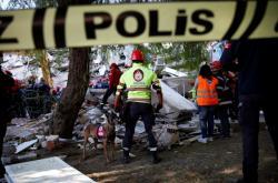 Práce záchranářů po zemětřesení v tureckém Izmiru