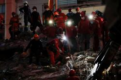 Pátrání v troskách v Turecku
