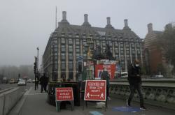 Upozornění na bezpečnostní rozestupy na Westminsterském mostě v Londýně