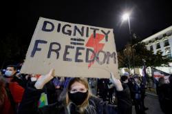 Polka demonstruje proti konzervativním krokům vlády