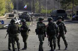 Ruští vojáci patrolují na silnici v Náhorním Karabachu