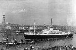 Loď Patria v hamburském přístavu