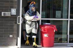 Zdravotní sestra si při práci v testovacím centru během svátků oblékla kostým krocana