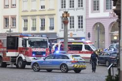 Policisté a hasiči na pěší zóně v centru Trevíru