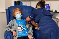 Jako první podstoupila plošné očkování ve Spojeném království Margaret Keenanová