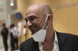 Právník Richard Malka zastupující redakci Charlie Hebdo při příchodu do budovy soudu v Paříži