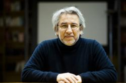 Turecký novinář žijící v exilu v Německu Can Dündar