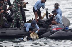 Pátrací tým vytahuje z vody trosky letounu Sriwijaya Air