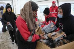 Migranti v táboře LIpa dostávají materiální pomoc od humanitární organizace