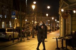 Pár tančí v prázdných ulicích litevského Vilniusu
