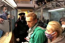 Alexej Navalnyj při zatčení po příletu do Moskvy