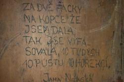 Jeden z nápisů na stěně cely