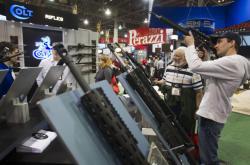 Stánek firmy Colt na veletrhu zbraní v Las Vegas