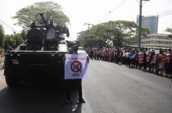Armáda vyslala do myanmarských ulic obrněná vozidla