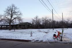 Zasněžené sousedství na předměstí texaského Austinu
