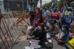 Myanmarští protestující před policejní zábranou