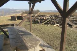 Z rozhledny v Javorníku zbyla jen hromada dřeva