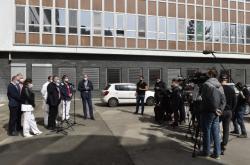 Novináři před Fakultní nemocnicí Brno