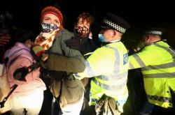 Zásah policie proti pietnímu shromáždění v Londýně