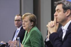 Berlínský primátor Müller, kancléřka Merkelová a bavorský premiér Söder při jednání