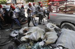 Dobrovolníci uklízejí sutiny v ulicích Bejrútu