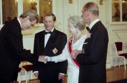 Královna Alžběta II. si během návštěvy třese rukou s nynějším prezidentem Milošem Zemanem